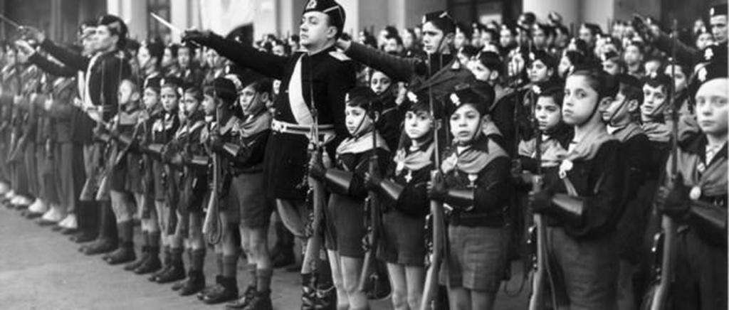 Дети в форме нацистов