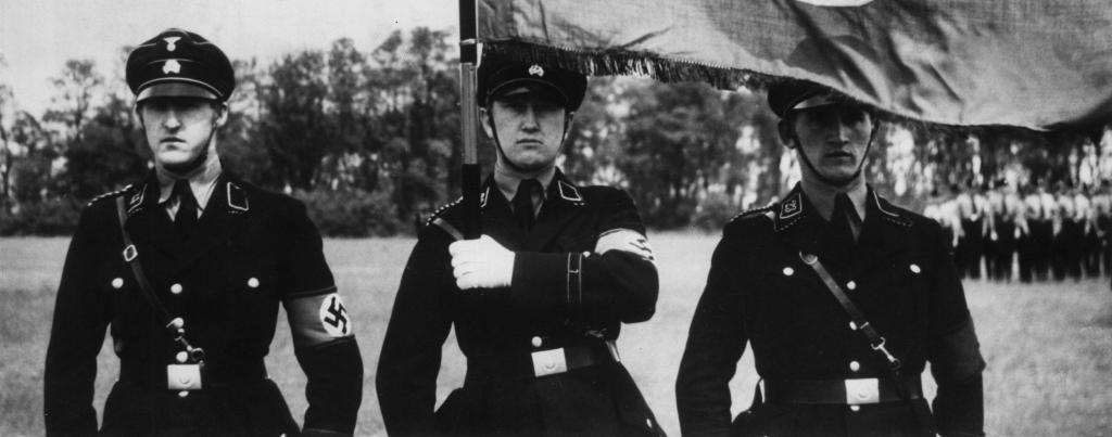 Военные с флагом Третьего рейха