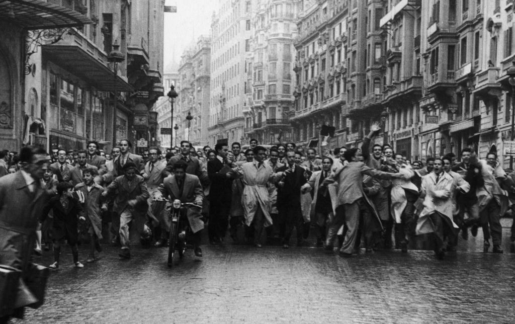 Толпа, выступающая против фашизма