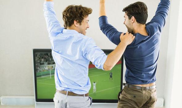 Мужчины смотрят футбол