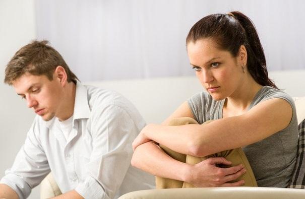 Женщина сердится на мужа