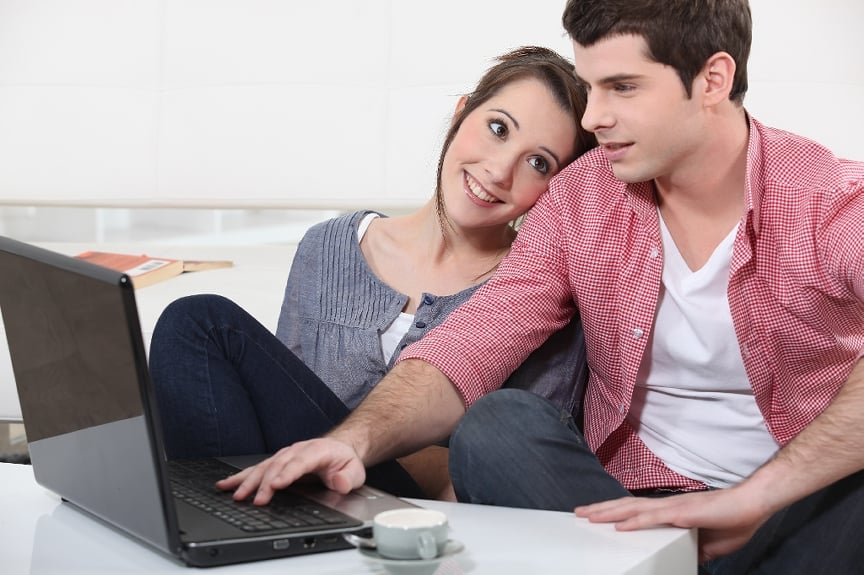 Жена с мужем перед ноутбуком