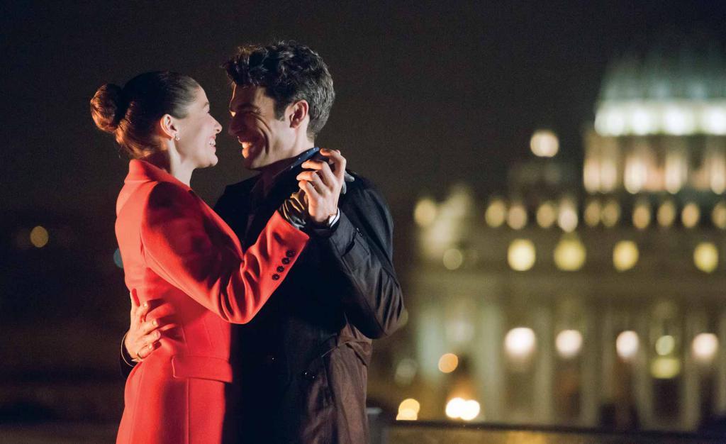 влюбленные танцуют ночью