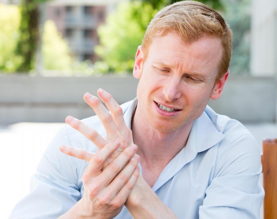 синяк под ногтем большого пальца руки