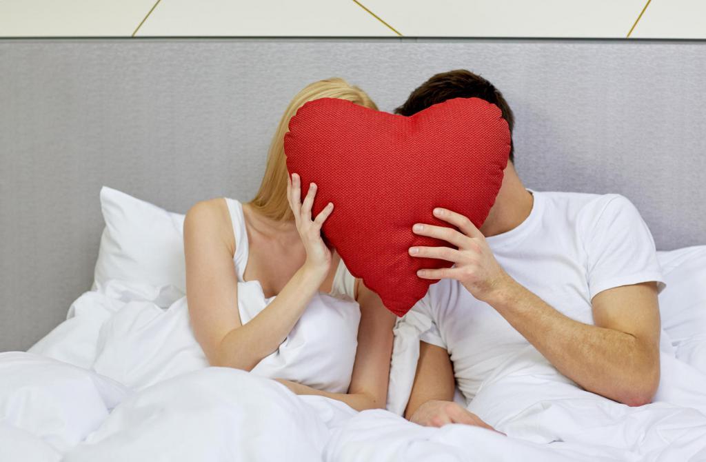 пара сердце постель
