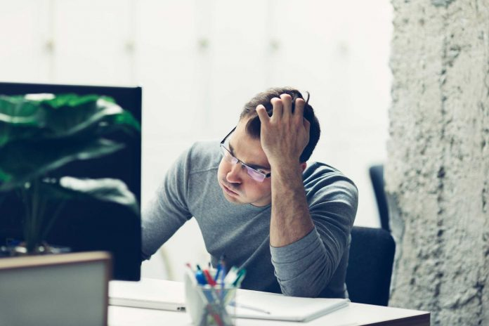 мужчина силит за компьютером