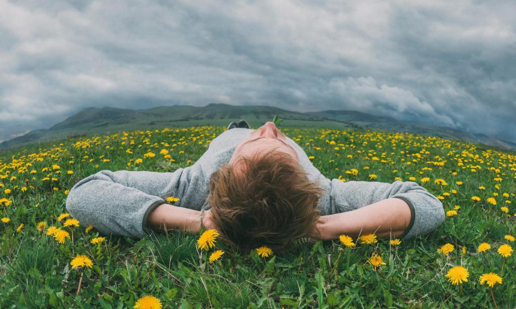 парень лежит на траве