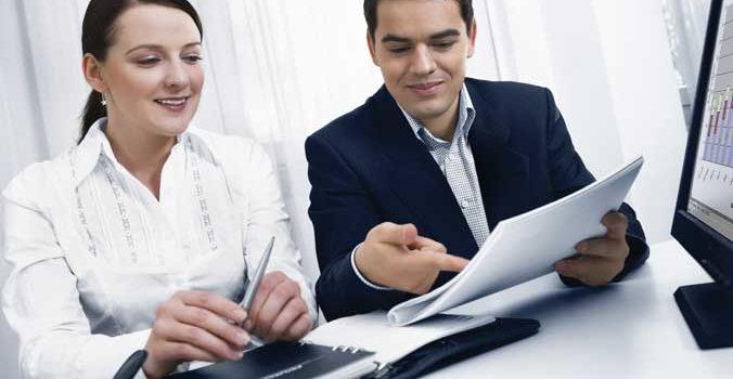 мужчина и женщина смотрят бумаги