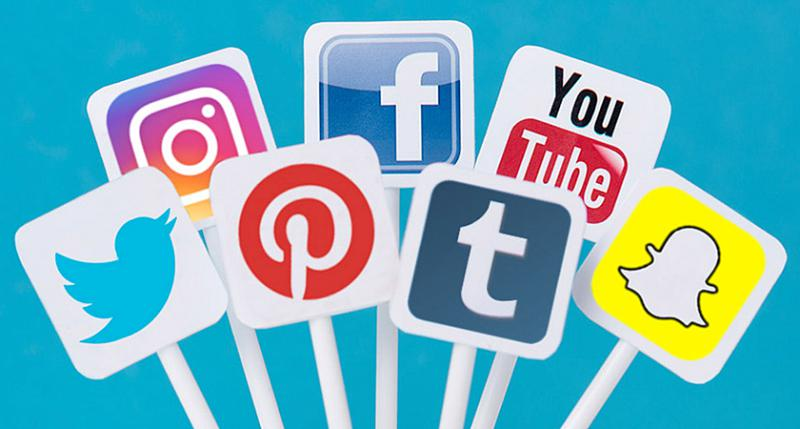 Плакаты с изображением представителей социальных медиа