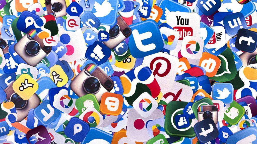 Хаос среди окружающих человека социальных медиа
