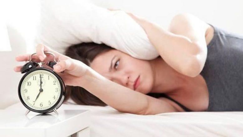 женщина просыпается в семь утра