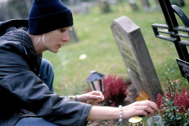 ребенок у могилы матери