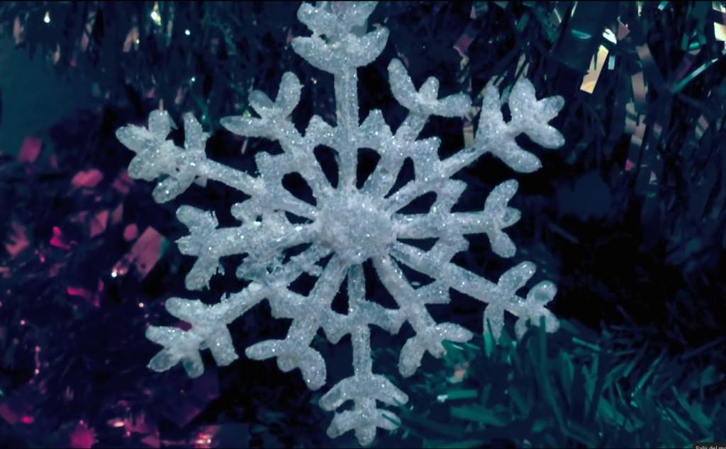 Снежинка из горячего клея