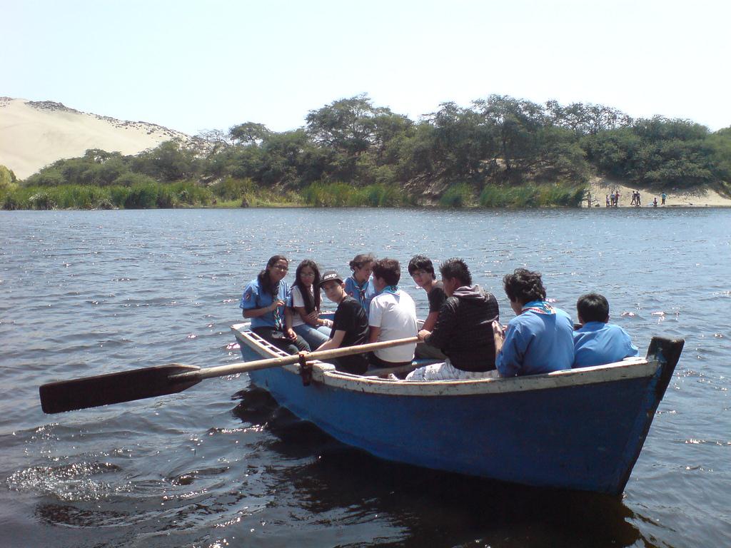 Молодеж и аренда лодки