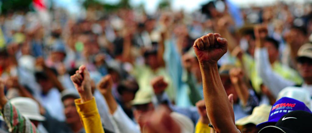Поднятые руки в толпе