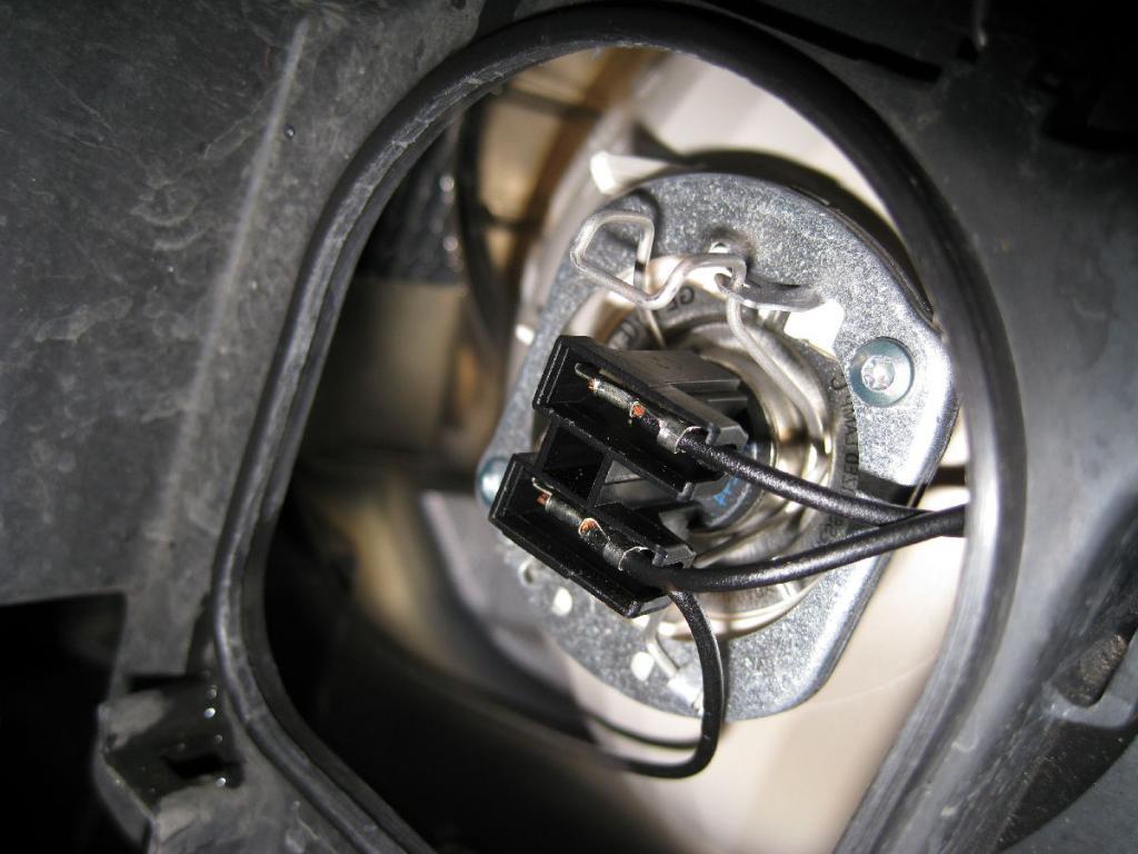 """Лампочка ближнего света в """"Приоре"""". Как выбрать лампочку и заменить ее самостоятельно? Примерная стоимость работы в автосервисе"""