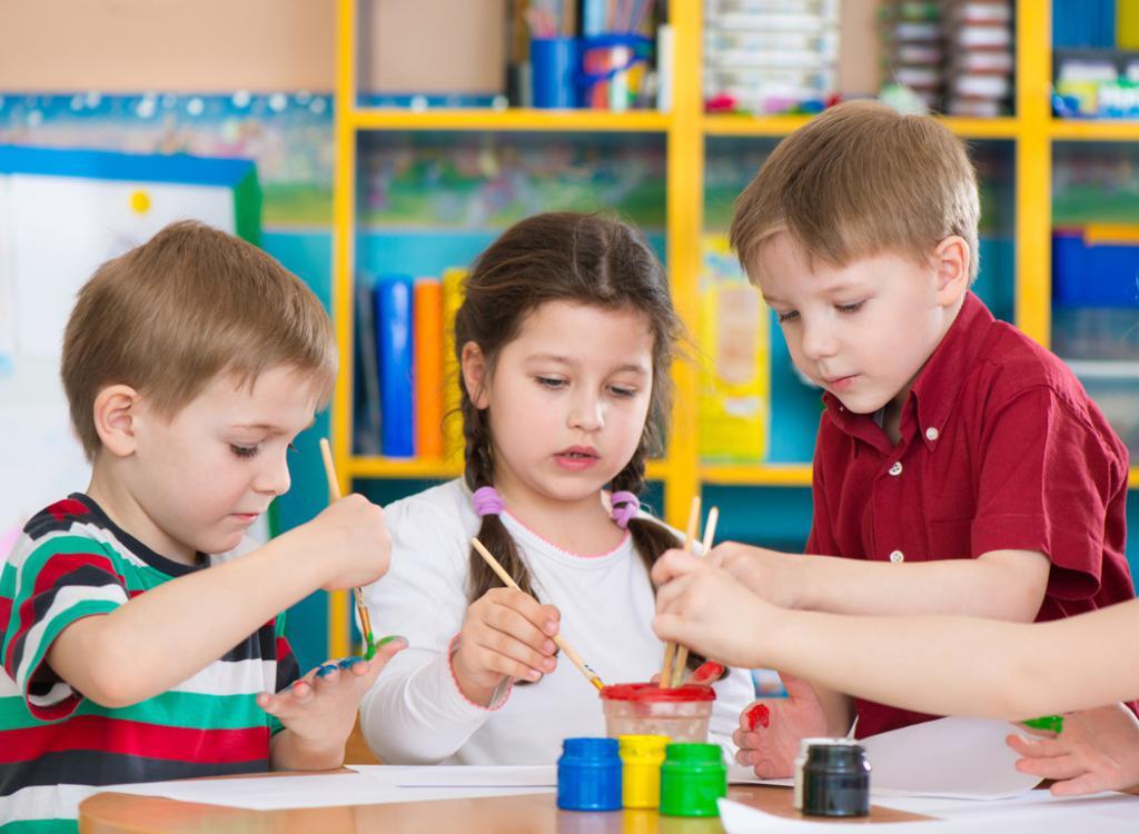 Дети работают над созданием уголком дежурства