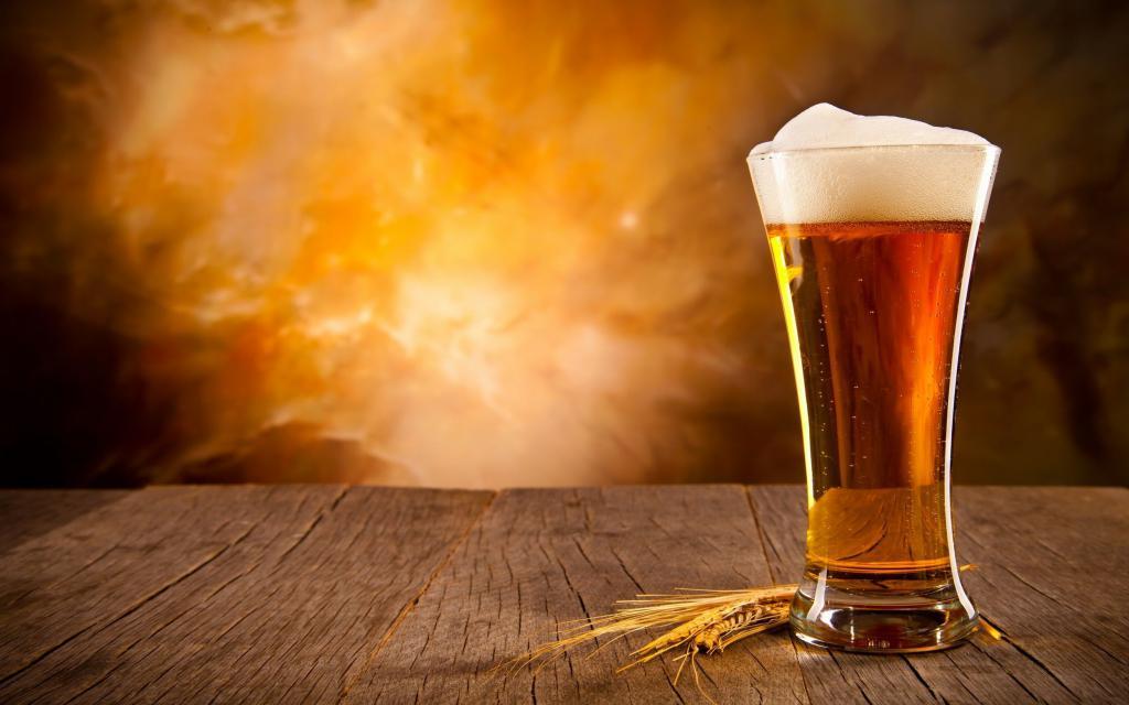 Бокал пива на столе
