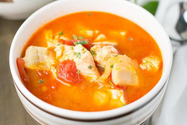 Рыбный суп с томатами и рисом