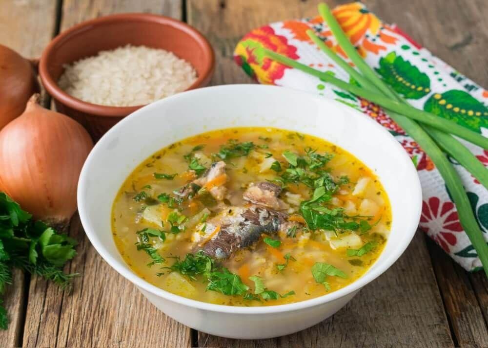 Рисовый суп с рыбными консервами