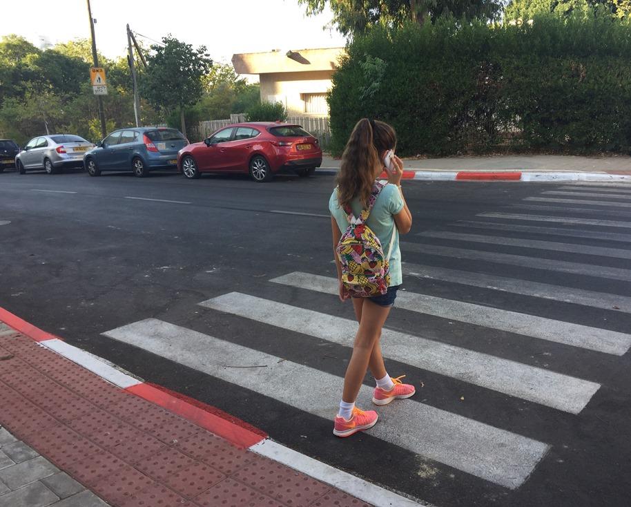 девочка переходит дорогу