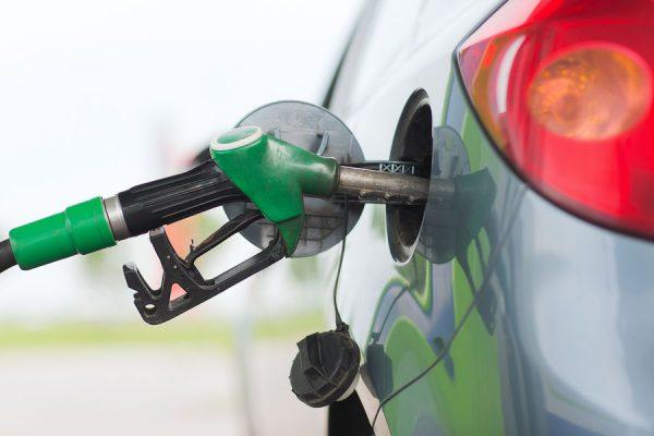 Заливать в бак бензин