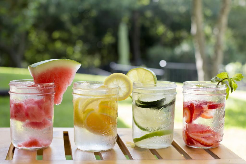 Свежая вода и фрукты