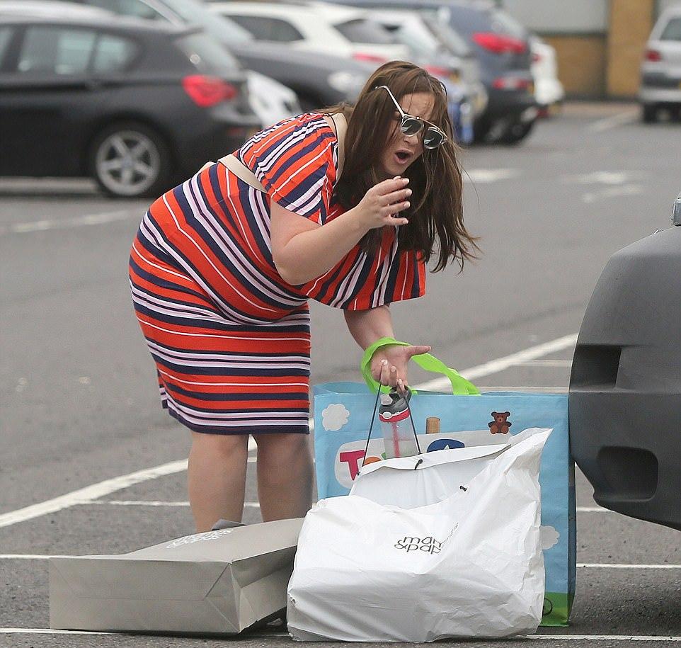 Беременная с сумками