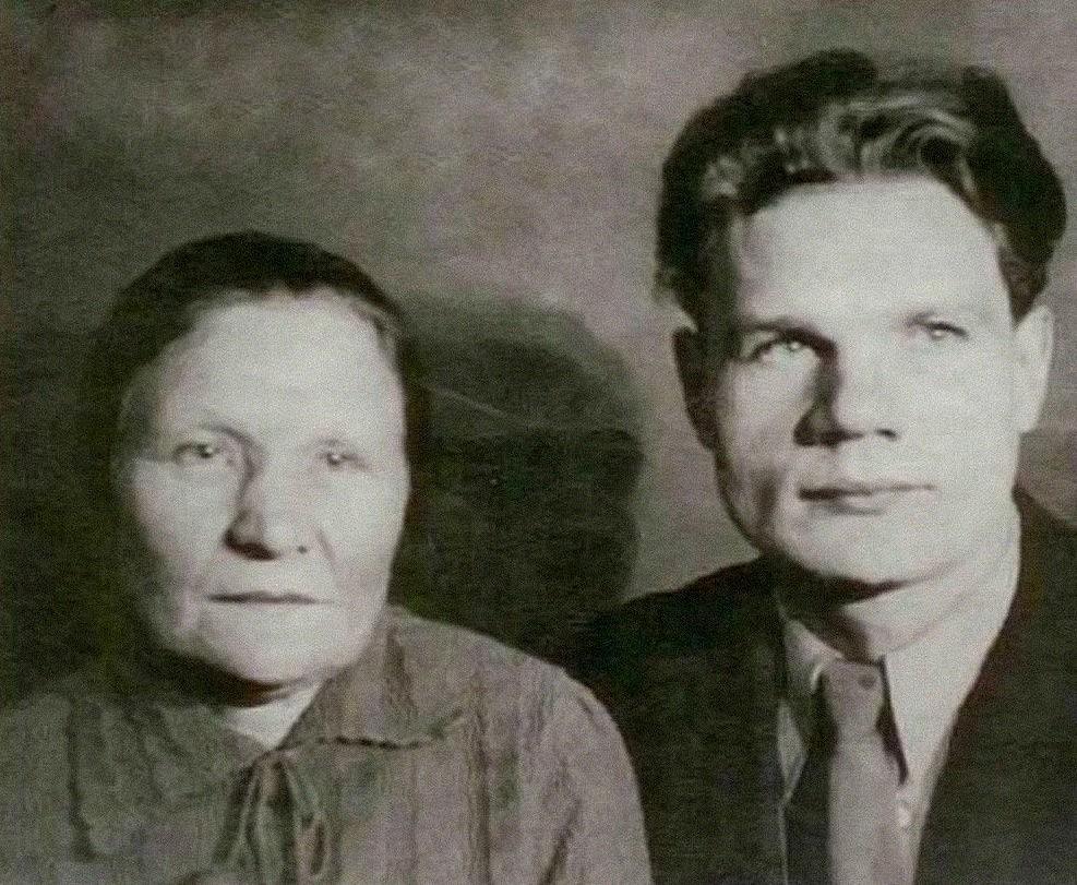 Отец и бабушка, Наталья Михайловна Пуговкина
