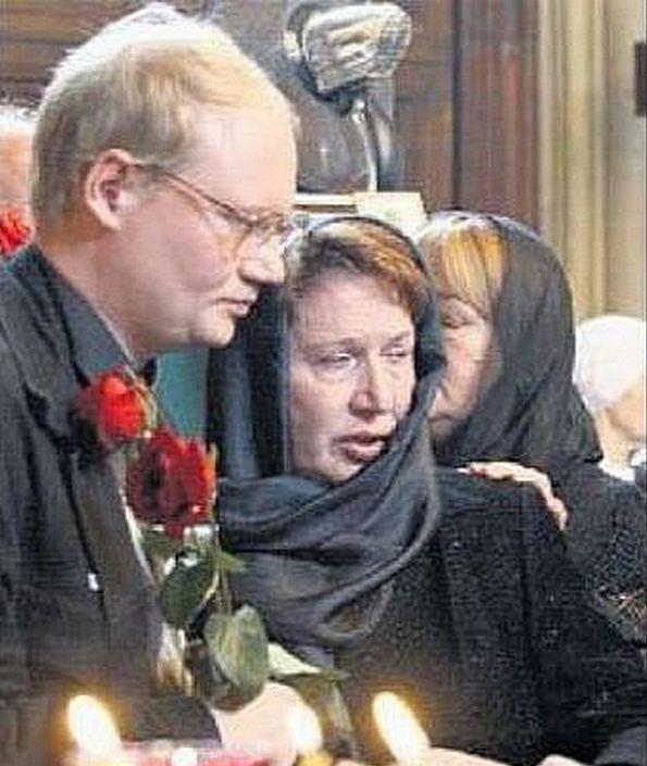 Елена Пуговкина с сыном Михаилом на похоронах отца