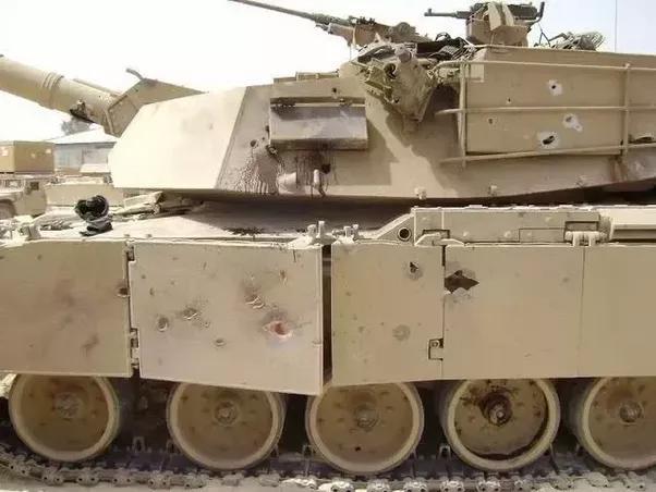 Пробоины в защите танка
