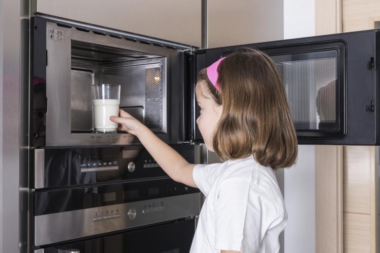 Можно ли грудное молоко греть в микроволновке