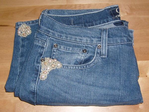 джинсы, подремонтированные при помощи вышивки бисером