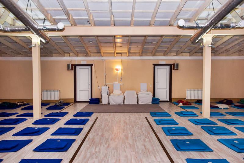 """Зал для оббщей медитации в подмосковном центре """"Дхамма Дуллабха"""""""