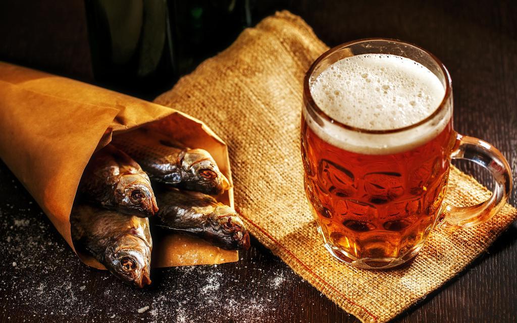 Пиво с соленой рыбкой