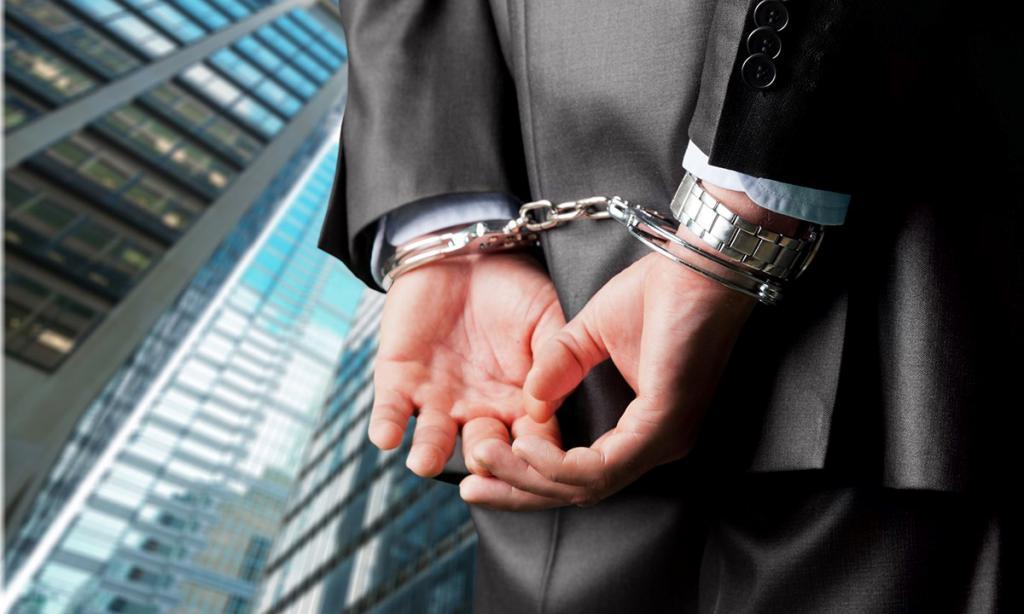 Содержание преступника в наручниках