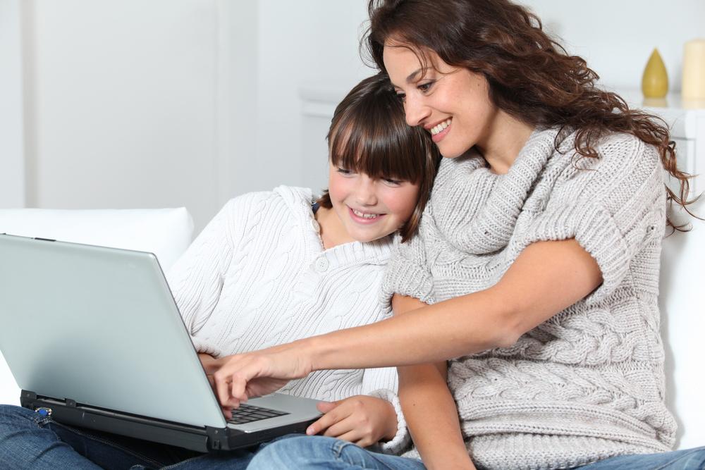 Женщина с девочкой за ноутбуком