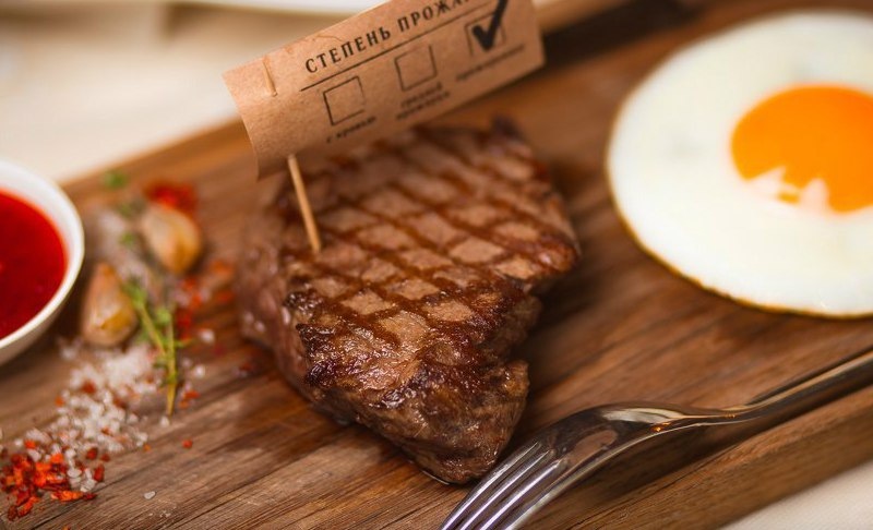 Сочный стейк из говядины.