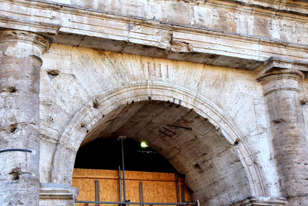 Колизей с римскими цифрами