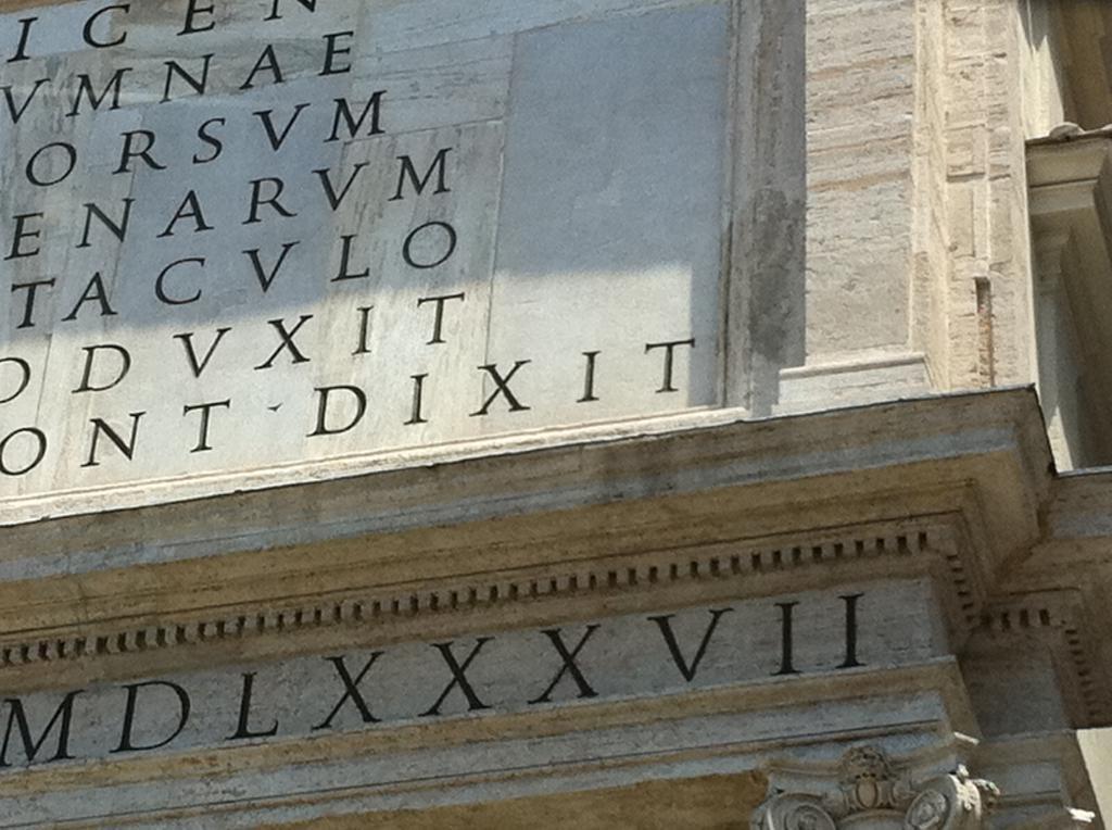 римские цифры на здании