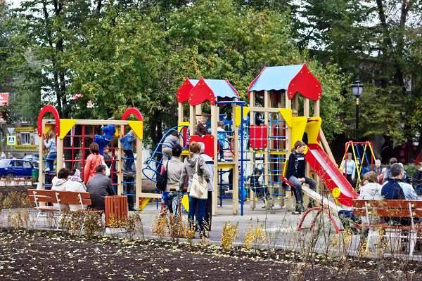 Детская площадка на обновленной площади