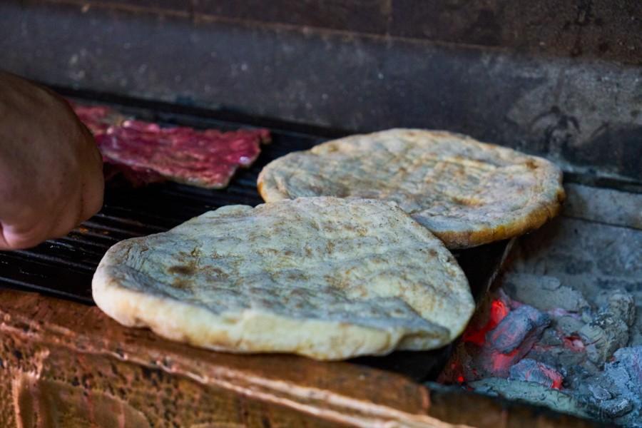 Мясо и лепешки на мангале