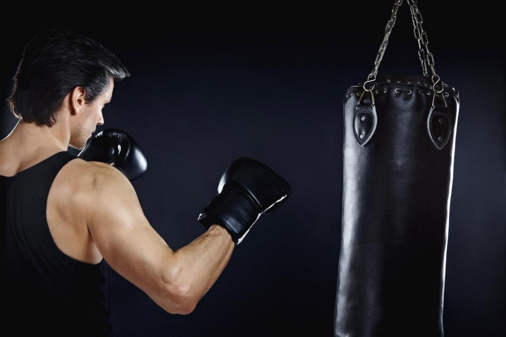 мужчина бьет боксерскую грушу