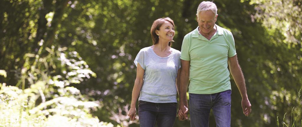 муж и жена гуляют в лесу