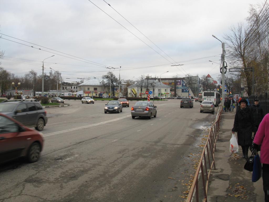 Вид на Октябрьскую площадь с моста