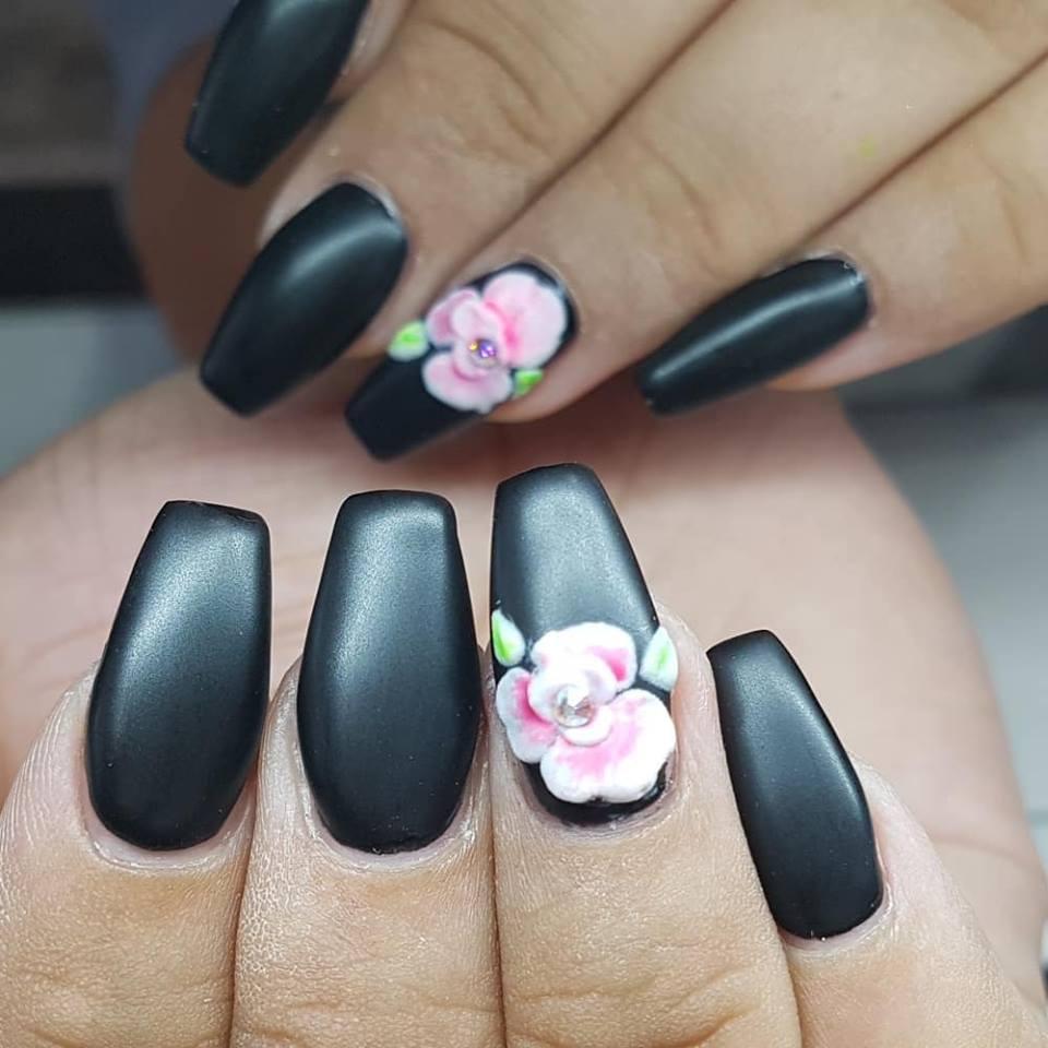 яркий цветок на матовом черном