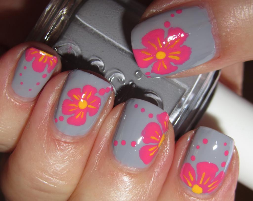 серый маникюр с розовыми цветами
