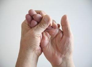 немеет палец правой руки