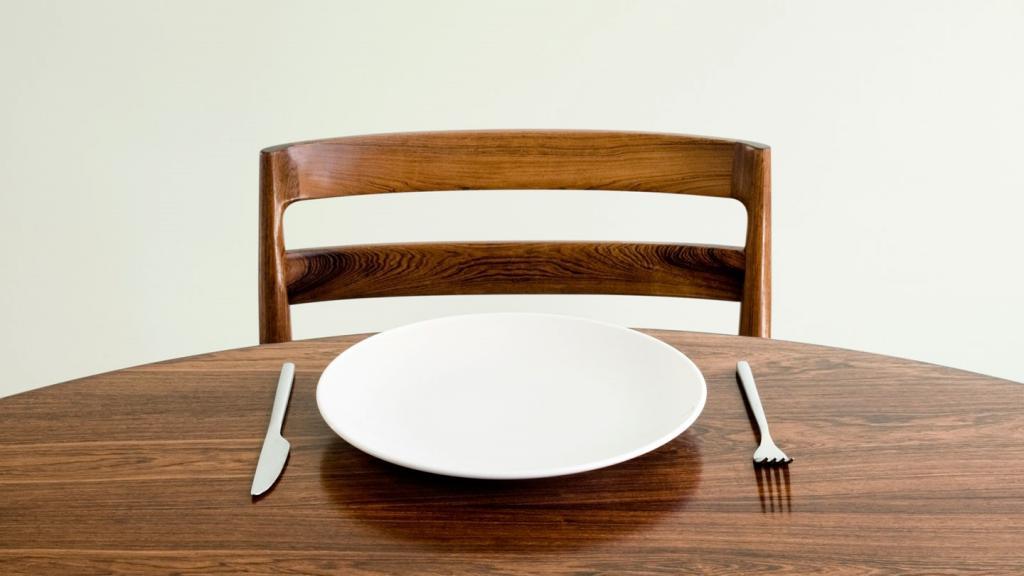 Пустая тарелка на столе