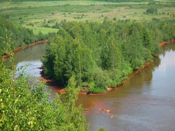 река в месте угольных шахт